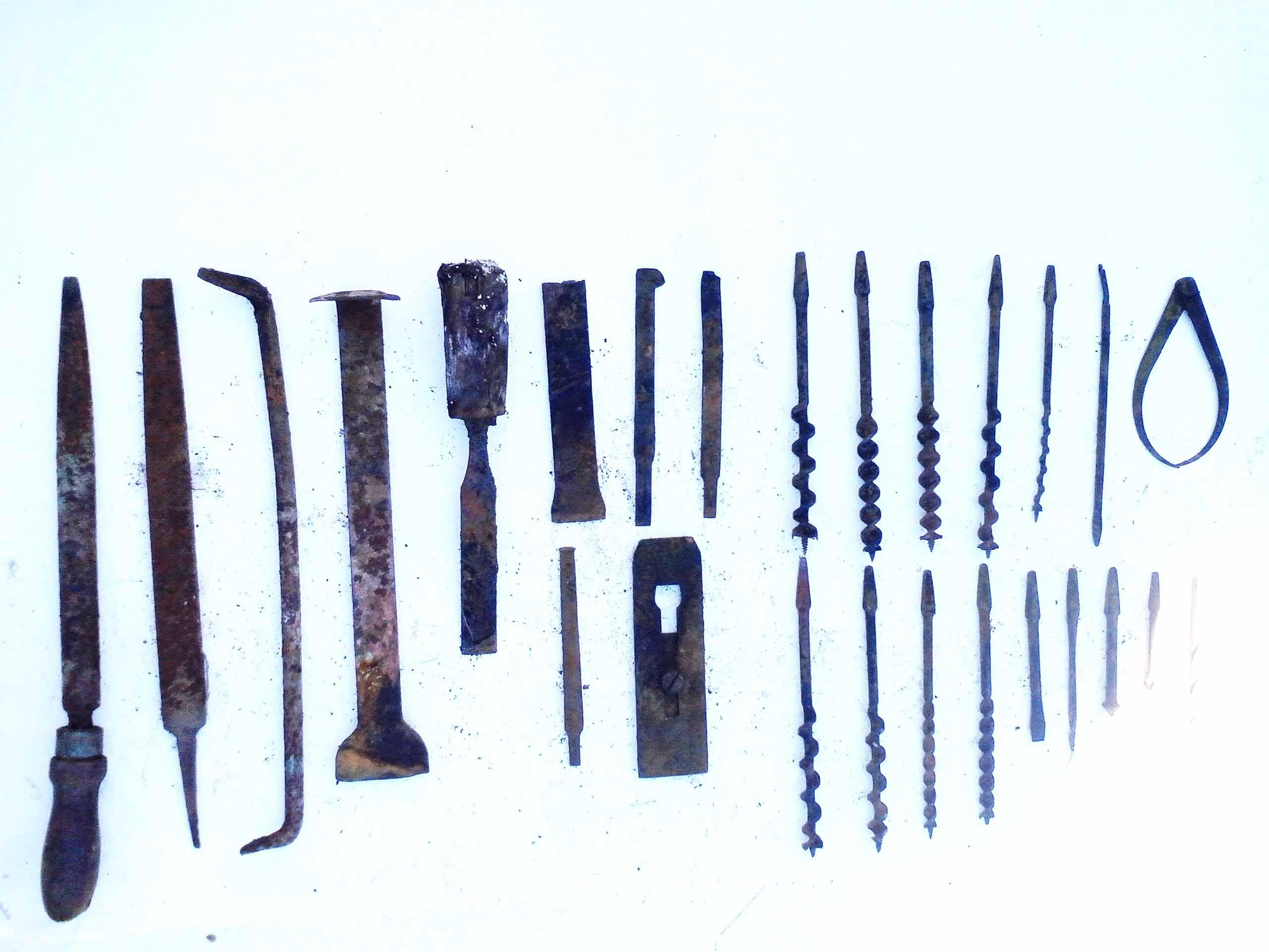 Εργαλεία μαραγκου-καραβομαραγκού, (τριπάνια, σκεπάρνια, σκαρπέλα)